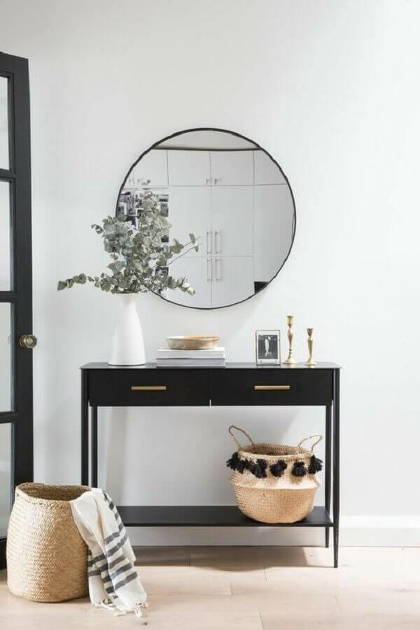 decoração clean para hall de entrada com aparador pequeno com gaveta preto e espelho redondo  Foto Pinterest