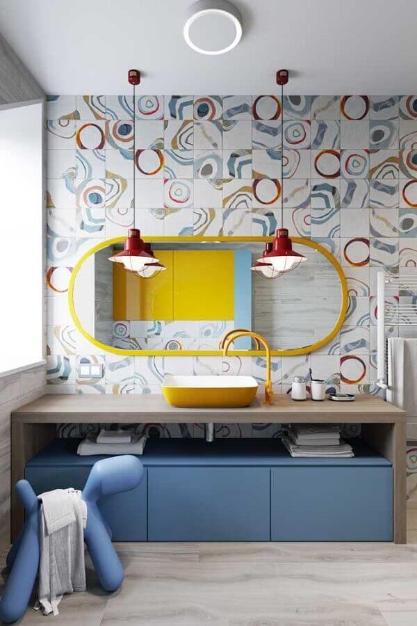 decoração colorida com luminária pendente para banheiro Foto Behance
