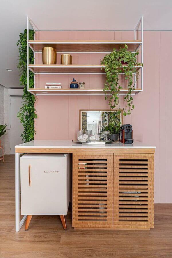 decoração com aparador buffet pequeno de madeira com espaço para frigobar Foto Duda Senna