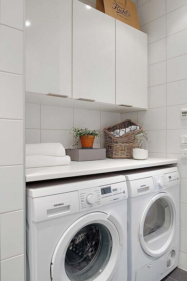 decoração com armário de parede para lavanderia pequena toda branca Foto Pinterest