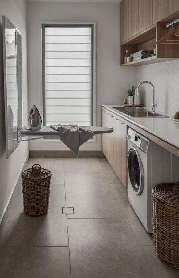 decoração com armário para lavanderia com tábua de passar Foto Brianna Michelle Design