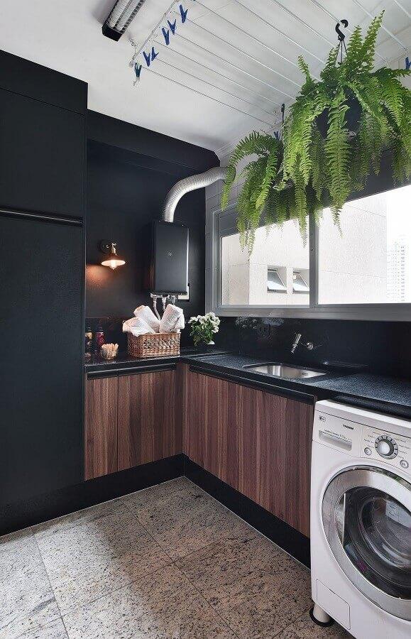 decoração com armário para lavanderia planejado com portas de madeira e bancada preta Foto Tetriz Arquitetura