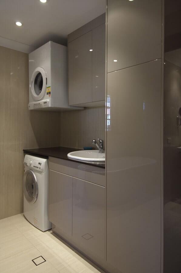 decoração com armário para lavanderia planejado na cor cinza  Foto Pinterest