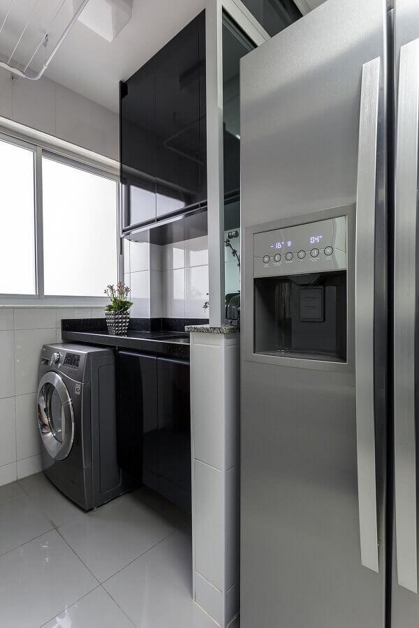 decoração com armário para lavanderia planejado na cor preta  Foto Home Finish
