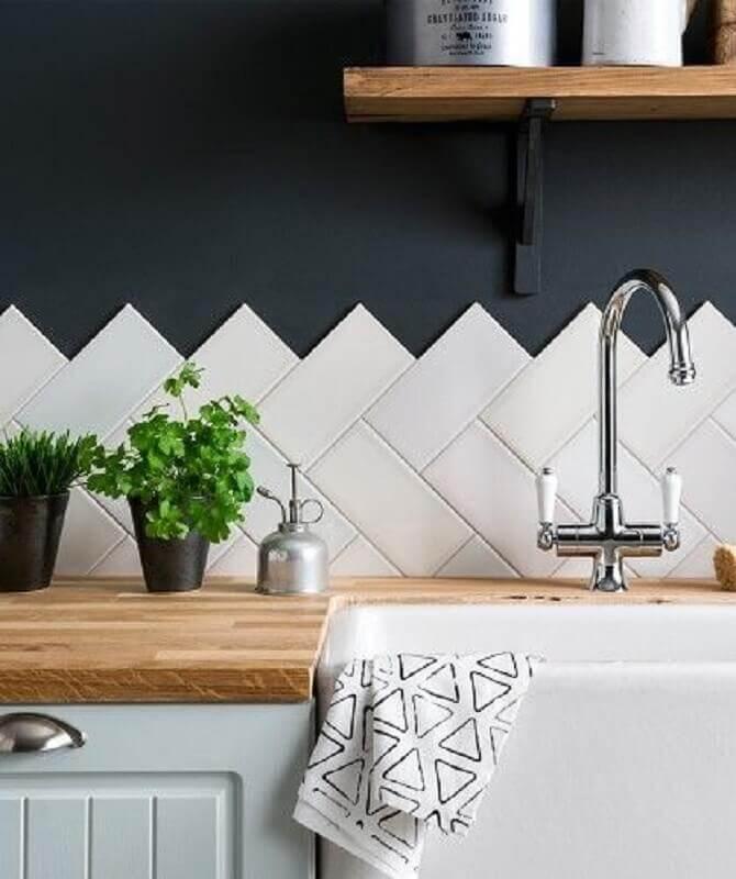 decoração com bancada de madeira e revestimento branco para cozinha Foto Casa Montada