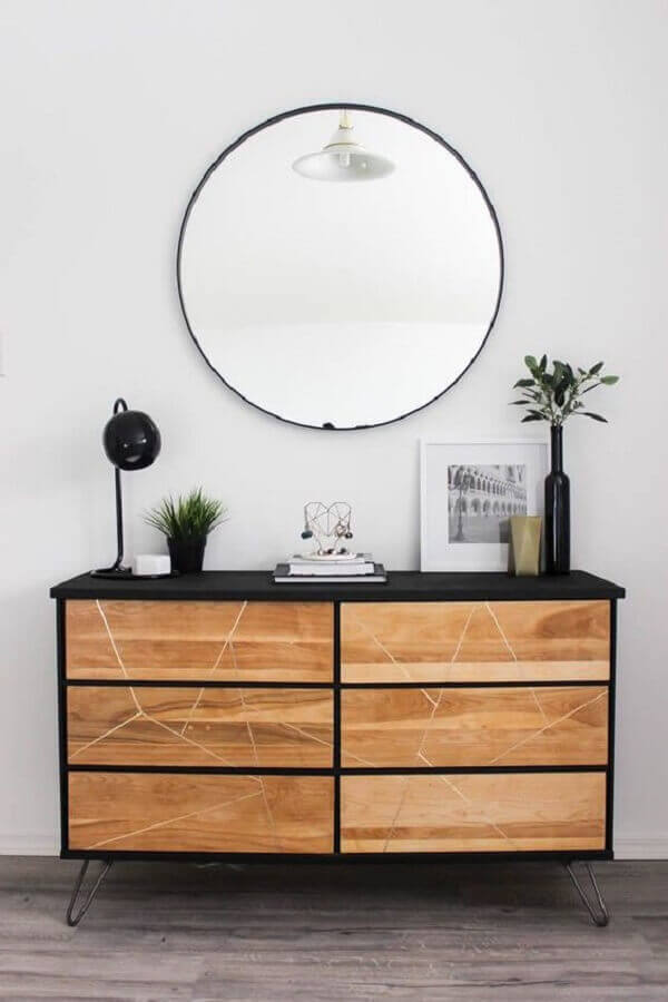 decoração com buffet pequeno preto com portas de madeira  Foto Apartment Therapy