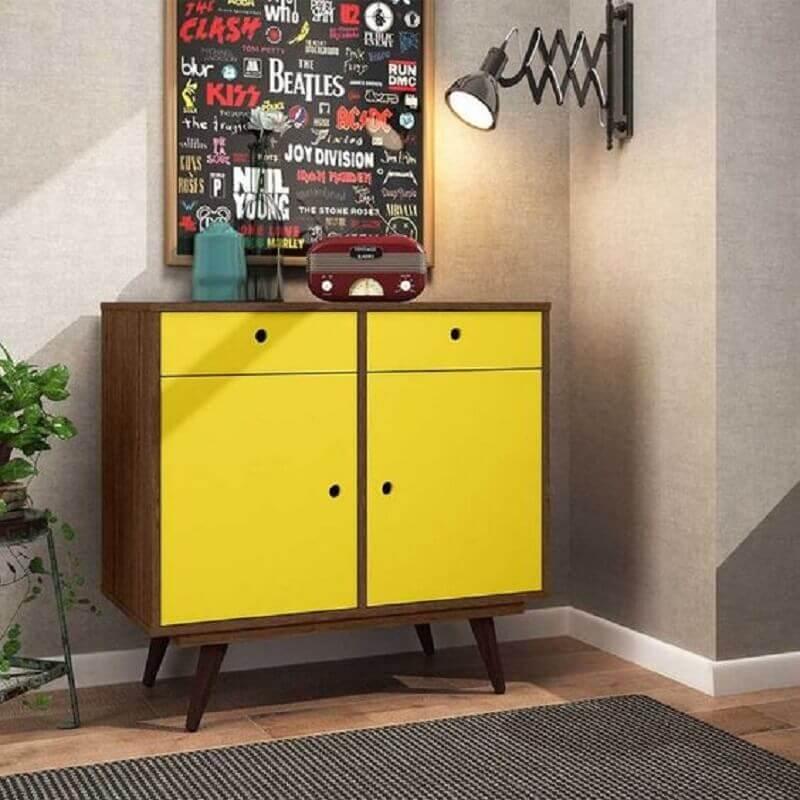 decoração com buffet pequeno retrô de madeira com porta amarela Foto Pinterest