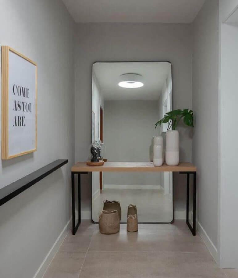 decoração com espelho de chão e aparador pequeno para corredor  Foto Arkpad
