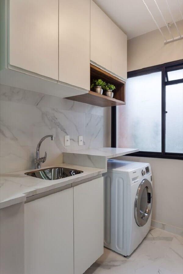 decoração com nicho de madeira e armário para lavanderia toda branca  Foto Rúbia M. Vieira Interiores