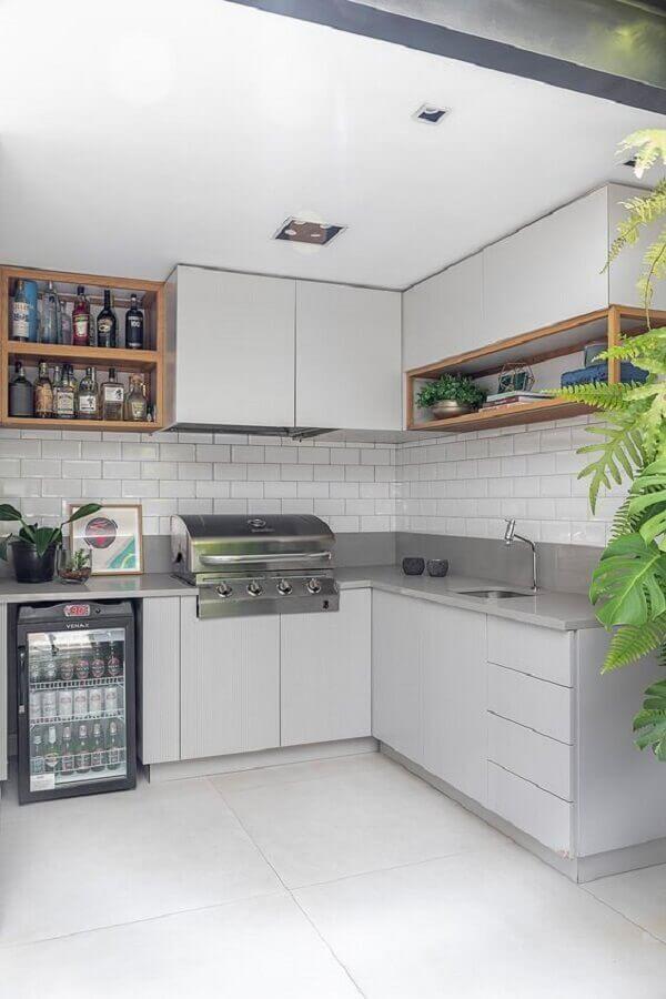decoração com nichos de madeira e revestimento branco para cozinha planejada Foto Casa de Valentina