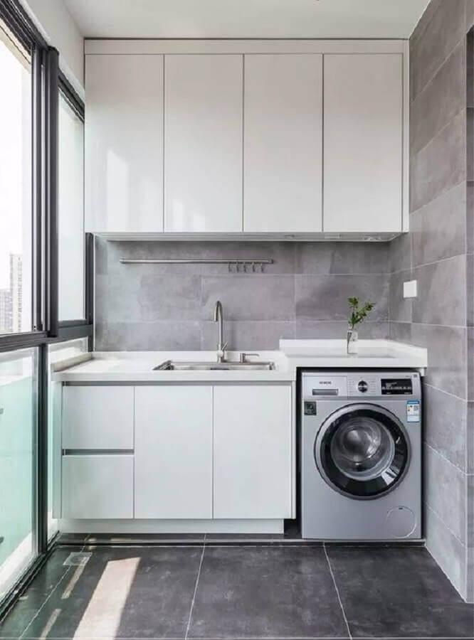 decoração com revestimento cinza e armário pequeno para lavanderia planejada  Foto Home Fashion Trend