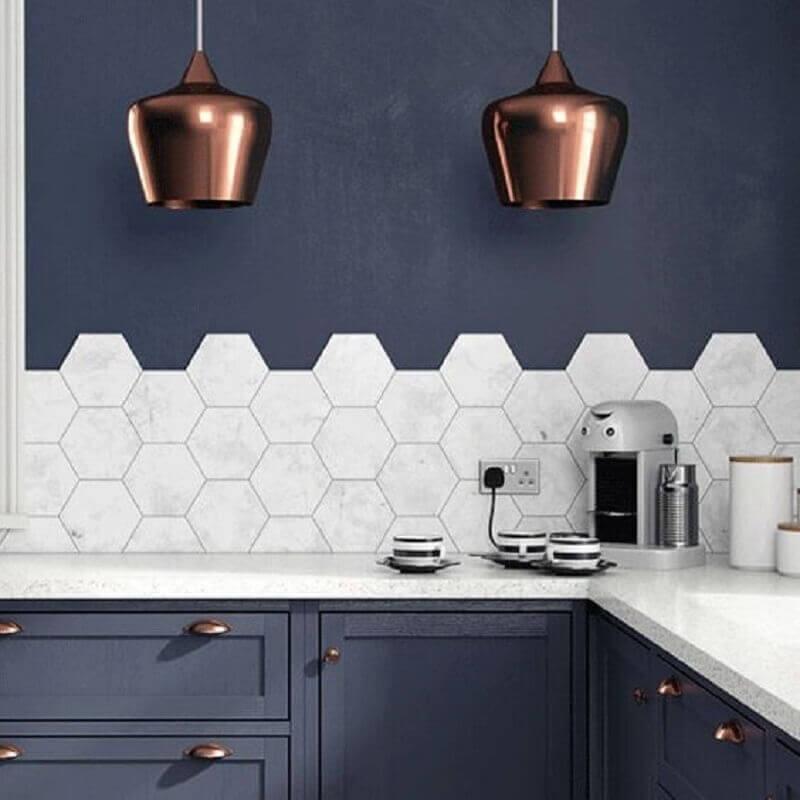 decoração com revestimento hexagonal branco para cozinha com parede azul escura Foto Liliana Zenaro Interiores