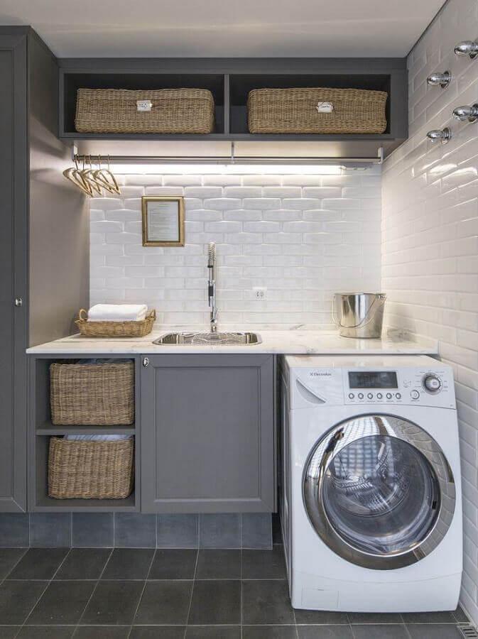 decoração com revestimento metro white e armário para lavanderia planejado cinza Foto Pinterest