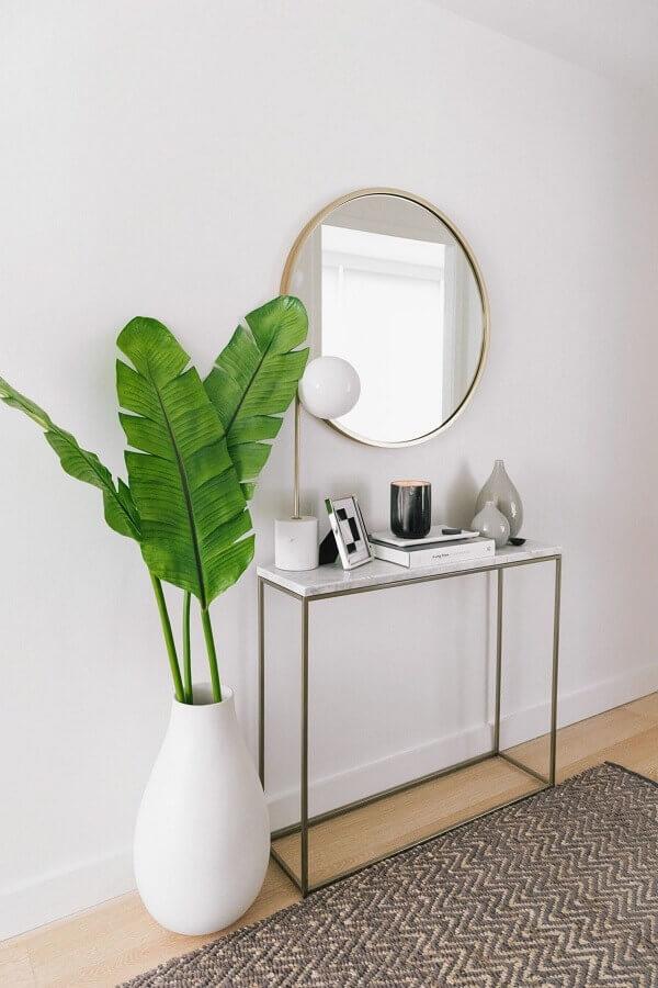 decoração com vaso de chão e aparador pequeno para corredor minimalista  Foto west elm