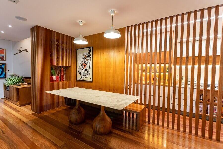 decoração de apartamento com divisória de madeira vazada - Foto habitissimo