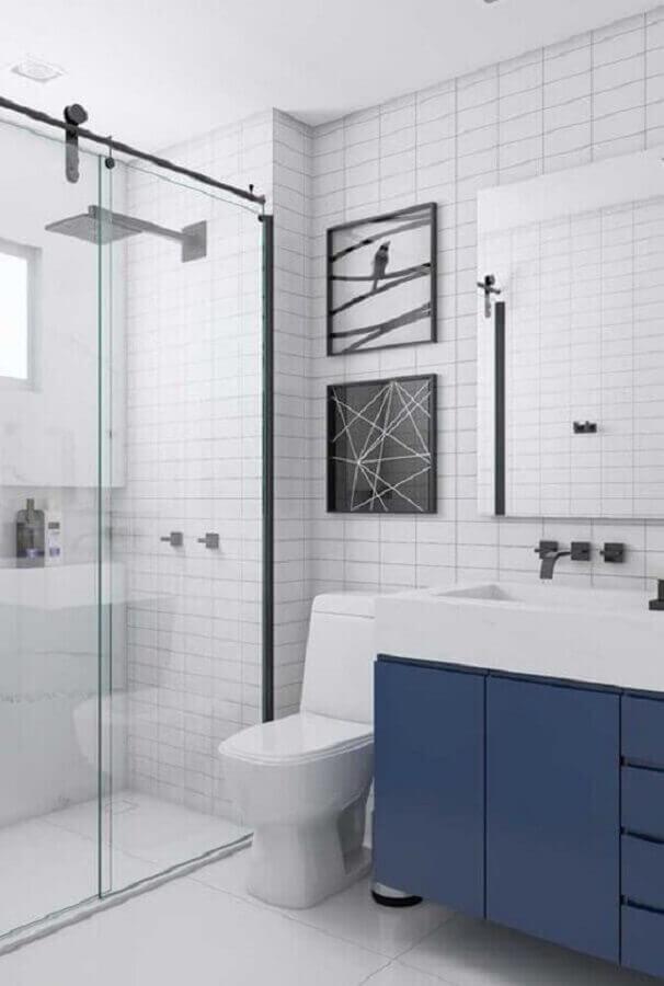 decoração de banheiro branco com armário na cor azul escuro  Foto Pinterest