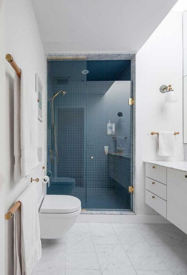 decoração de banheiro branco com revestimento na cor azul escuro na área do box Foto Houzz