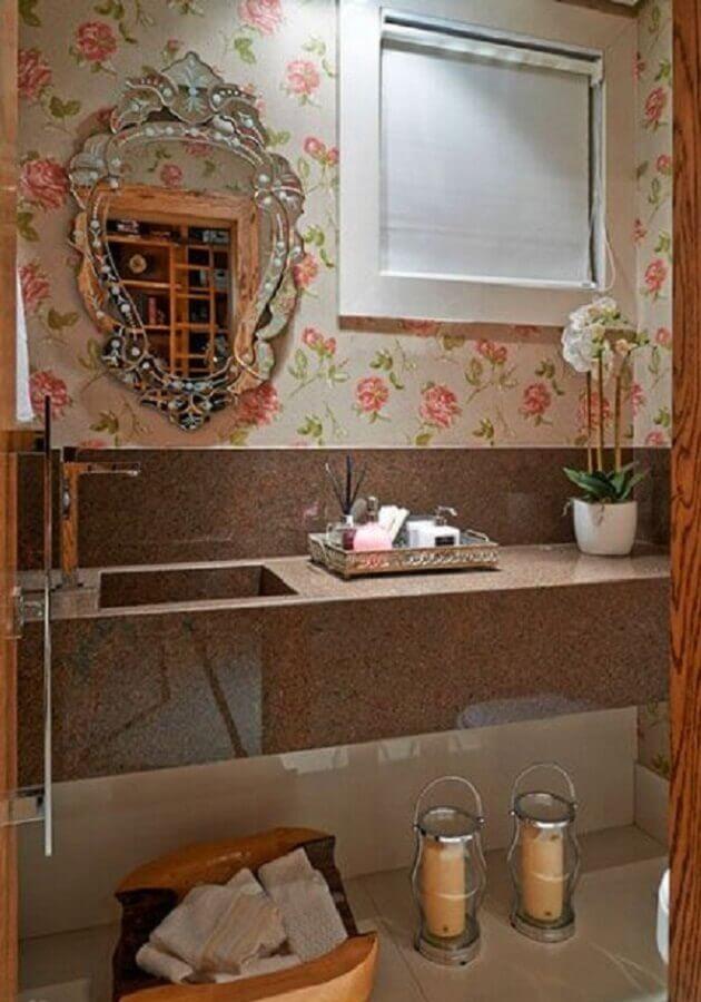 decoração de banheiro com espelho vintage e papel de parede romântico feminino Foto Pinterest