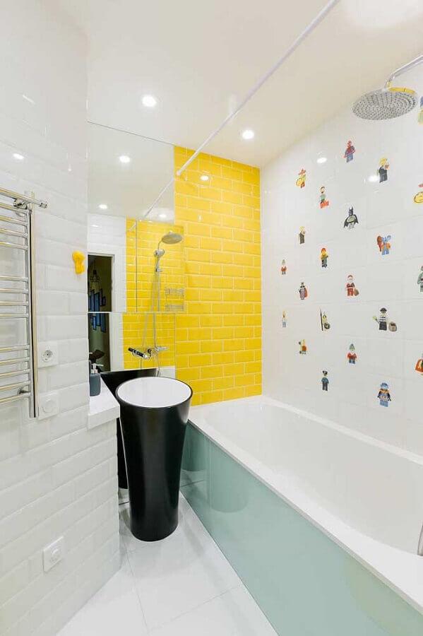 decoração de banheiro com metro white branco e amarelo Foto Houzz