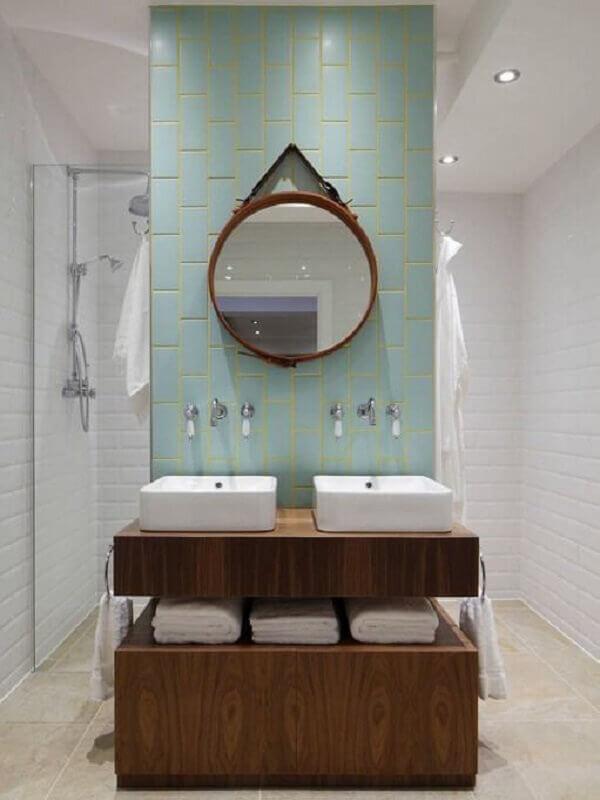decoração de banheiro com metro white e espelho redondo Foto Apartment Therapy