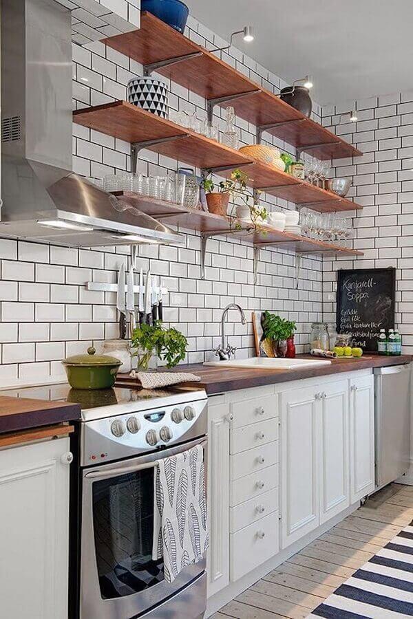 decoração de banheiro com metro white e prateleiras de madeira Foto Pinterest