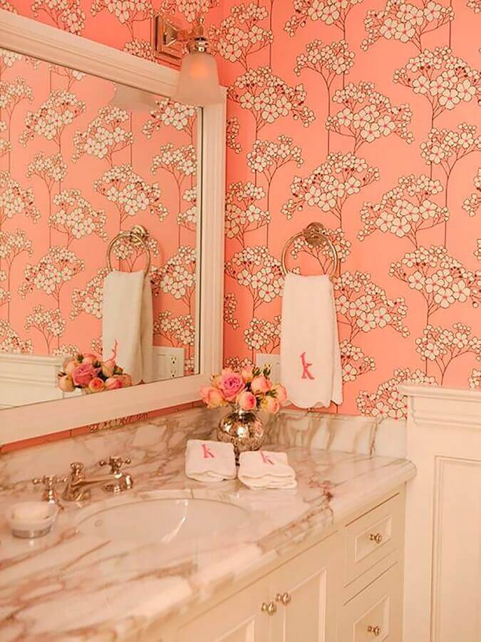 decoração de banheiro com papel de parede romântico feminino Foto Achados da Decoração