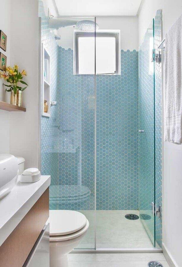 decoração de banheiro pequeno com revestimento na cor azul claro para área do box Foto Pinterest