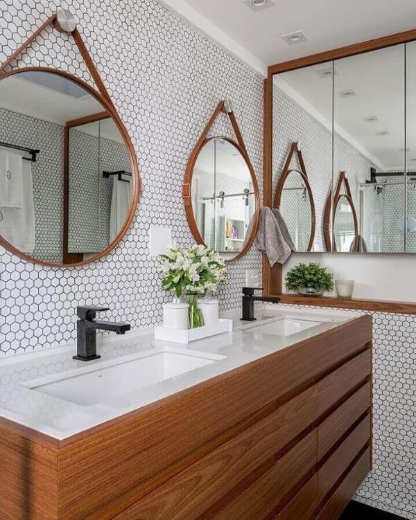 Decoração de banheiro planejado com gabinete de madeira