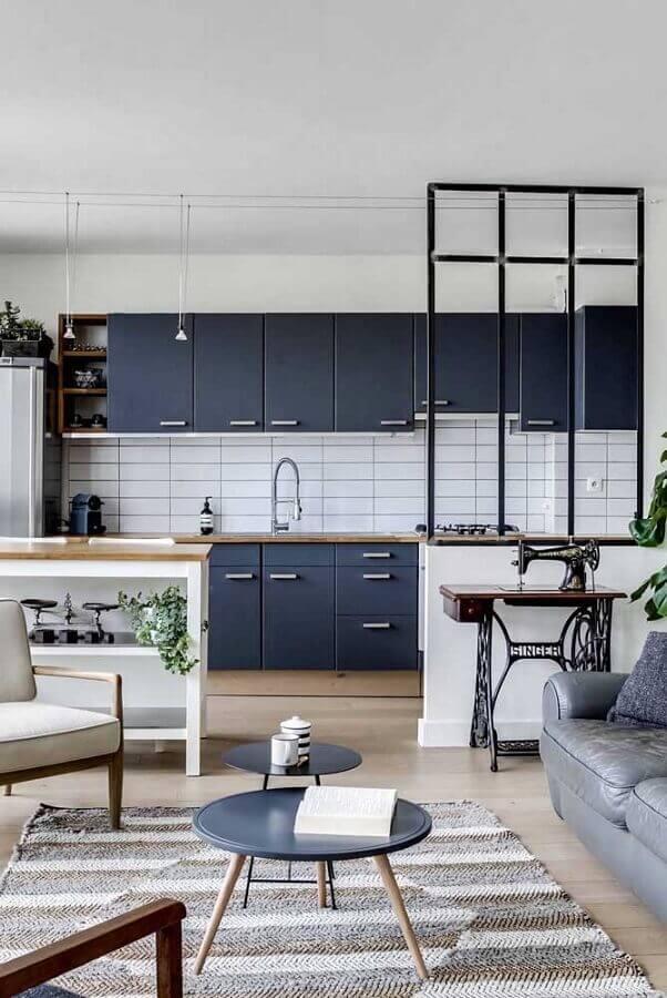decoração de cozinha azul com revestimento metro white branco Foto Apartment Therapy