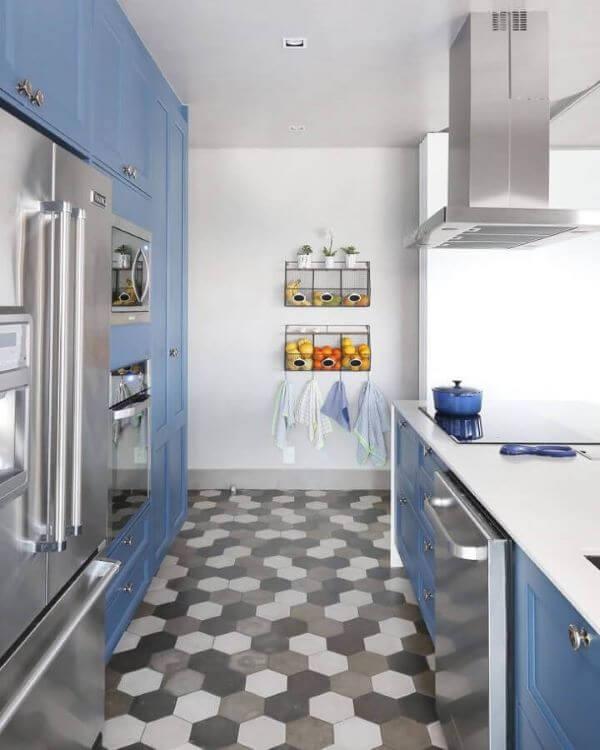 Cozinha com decoração azul planejada