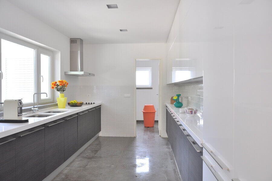 decoração de cozinha branco e cinza - Foto habitissimo