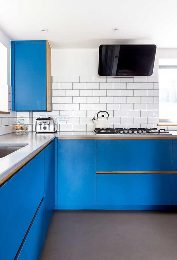 decoração de cozinha com metro white e armário planejado na cor azul royal Foto Casa de Valentina