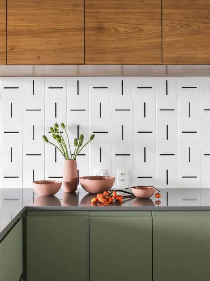 decoração de cozinha com revestimento branco com detalhes pretos Foto Pinterest