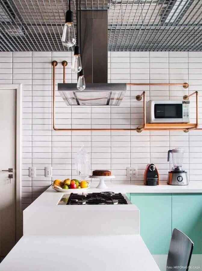 decoração de cozinha com revestimento branco e armário verde água Foto Histórias de Casa