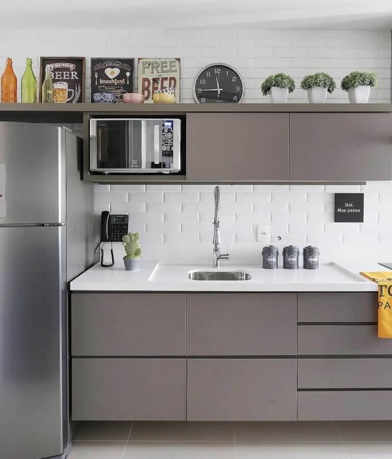 decoração de cozinha com revestimento branco e armários cinza Foto Pinterest