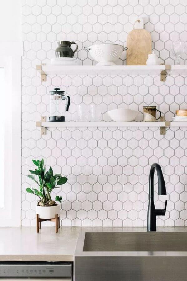 decoração de cozinha com revestimento hexagonal branco Foto Apartment Therapy