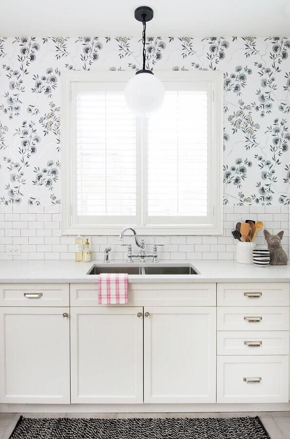 decoração de cozinha planejada branca com papel de parede floral romântico Foto Vanessa Francis Interior Design