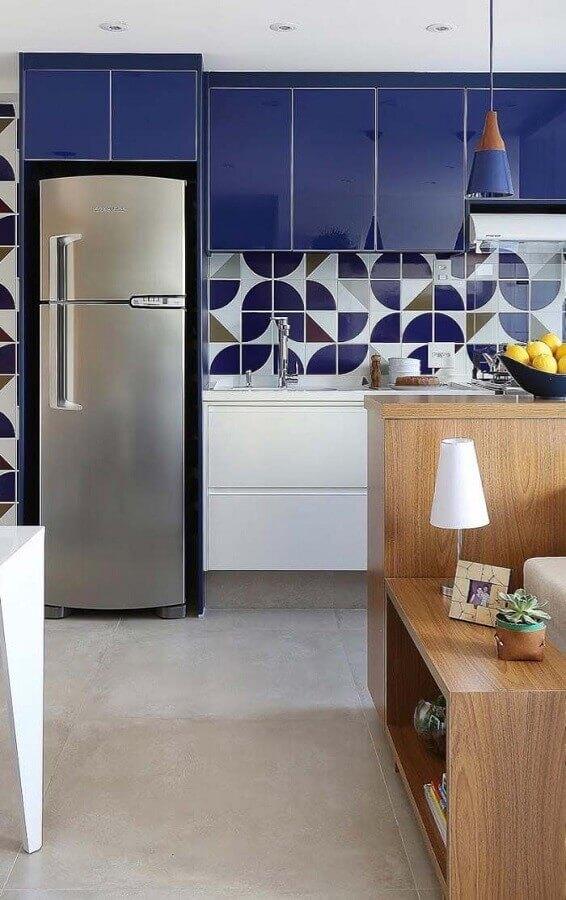 decoração de cozinha planejada com armário na cor azul escuro e branco  Foto Pinosy