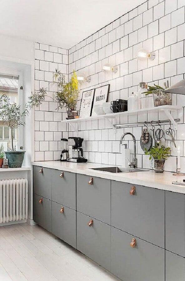 decoração de cozinha planejada com armários cinza e revestimento branco liso Foto Bloglovin'