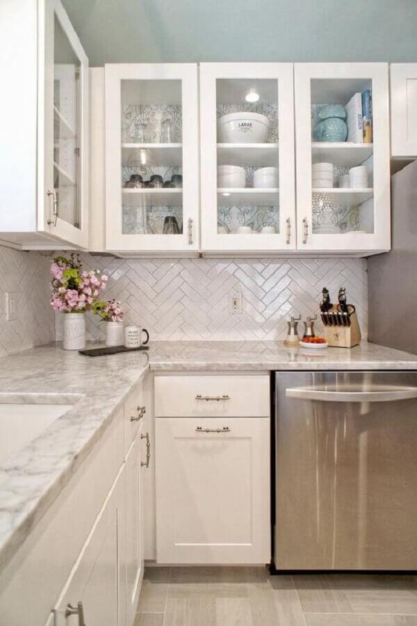 decoração de cozinha planejada com revestimento branco liso Foto HGTV