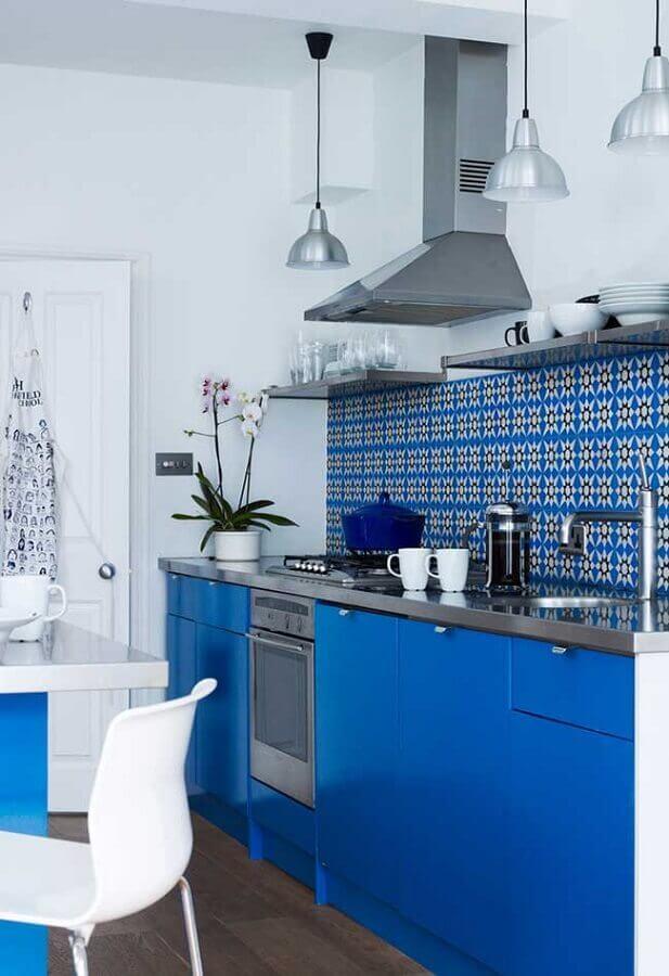 decoração de cozinha simples com armários na cor azul royal Foto Home Fashion Trend