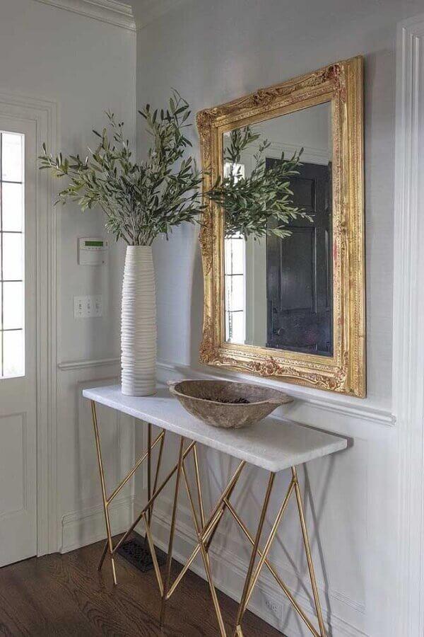 decoração de hall de entrada com aparador pequeno e espelho dourado Foto Pinterest