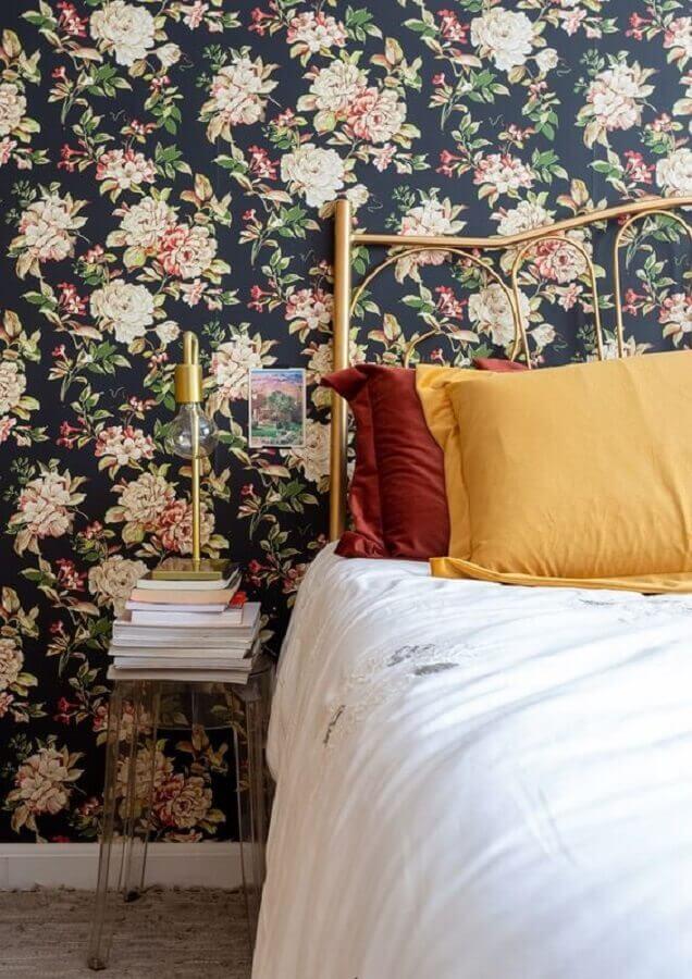decoração de quarto com papel de parede floral romântico em fundo escuro Foto Leila Veigas