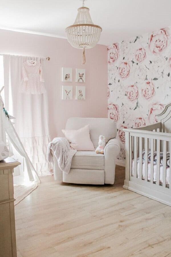 decoração de quarto de bebê com papel de parede romântico feminino floral Foto Histórias de Casa