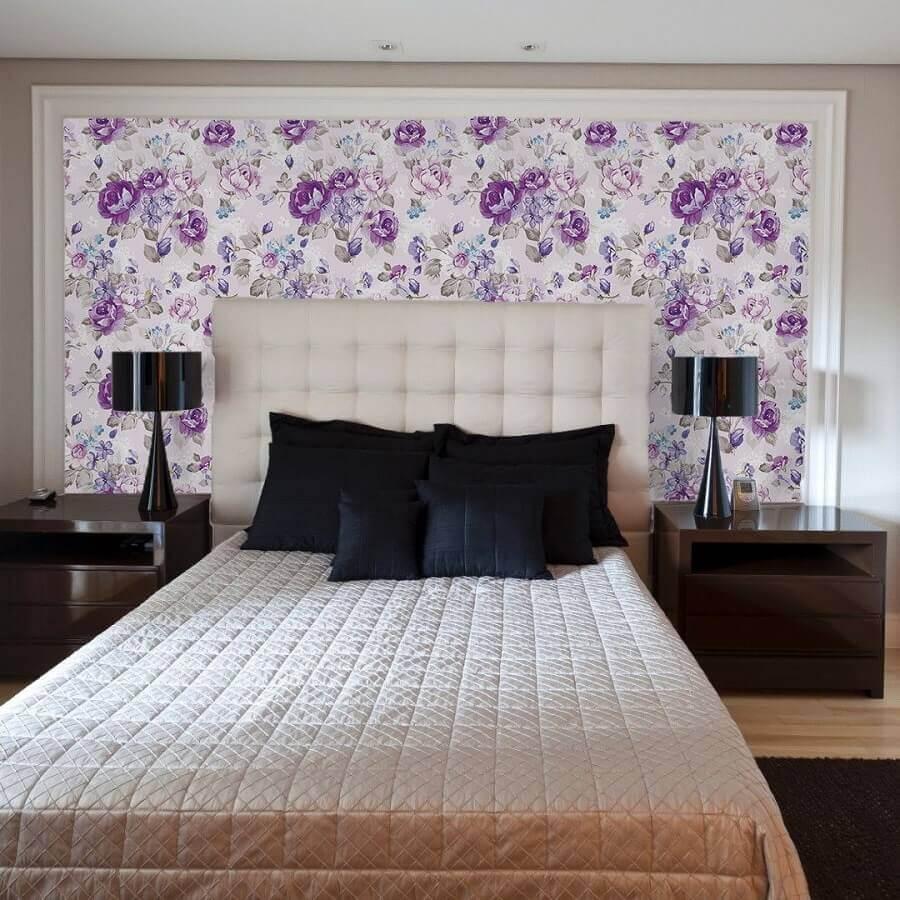 decoração de quarto de casal com abajur preto e papel de parede floral romântico Foto Pinterest