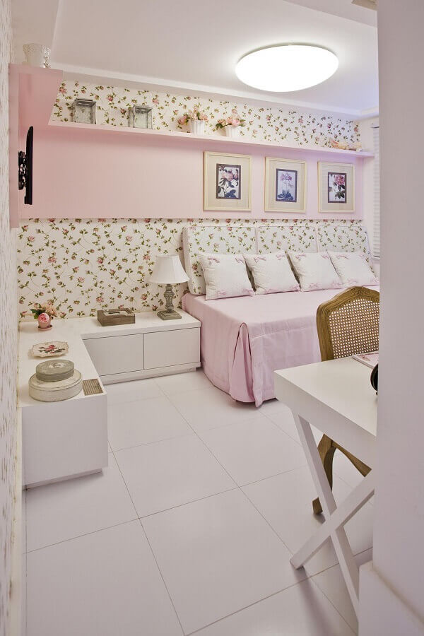 decoração de quarto de menina com papel de parede romântico feminino floral Foto Conceição Barbosa