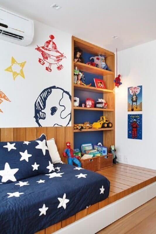 decoração de quarto para criança azul e branco com nicho de madeira embutido Foto Arkpad