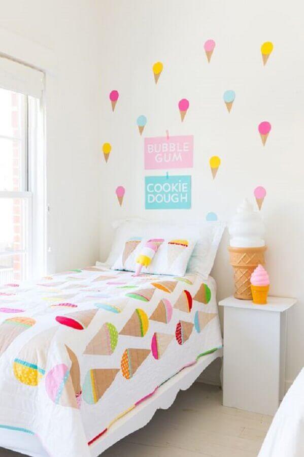 decoração de quarto para criança branco com adesivos de sorvete para parede Foto Jeito de Casa