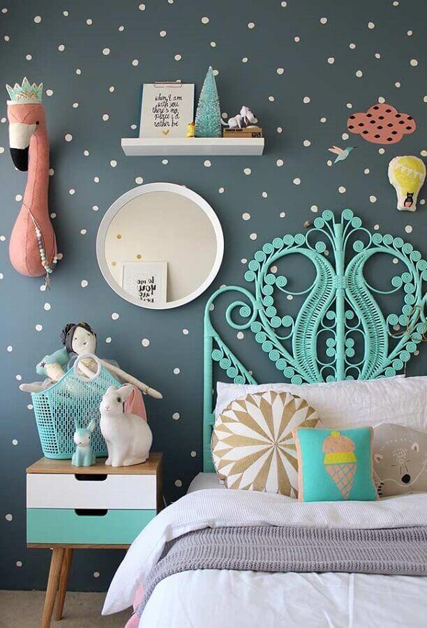 decoração de quarto para criança cinza com papel de parede de bolinhas e cabeceira verde água Foto Futurist Architecture