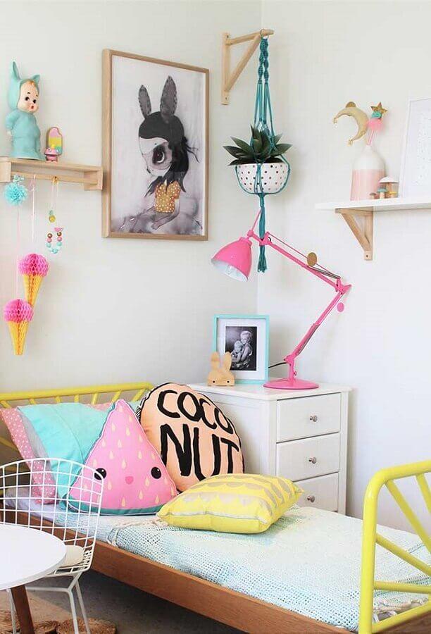 decoração de quarto para criança com almofadas divertidas e luminária rosa Foto Pinterest